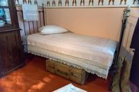Фрагмент экспозиции. Кабинет Б.Пастернака. Кровать, покрывало – предметы военного быта. 2014