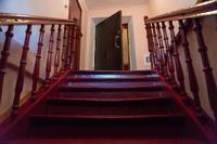 Лестница и входная дверь в квартиру, в которой в 1941 – 1943 гг. жил Б. Пастернак. Чистополь. 2014