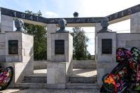 Монумент павшим воинам.На постаментах бюсты Героев Советского Союза. 2014