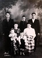 Фото. Хайруллина Б.А. (сидит справа) 1940-е