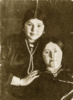 Фото. Сайфиева А. А.(стоит) 1940-е