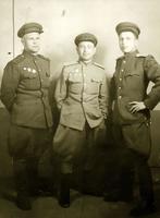 Фото. Валеев Х.В. (в центре) в группе офицеров. 1940-е