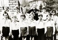 Фото. Е.М. Андронова (в центре) с членами поискового кружка в Ленинграде. 19 мая 1980 года