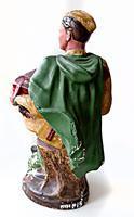 Скульптура. Василий Теркин играет на гармони в положении сидя на пне. 1950-е