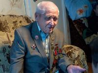Фото. Ветеран Великой Отечественной войны Набиуллин Г.Ш. дает интервью с воспоминаниями о годах войны. 2014