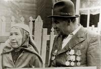 Фото. Сержант Салихов, автоматчик взвода Нуха Идрисова, на встрече с женой героя. 1970-е