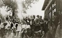 Фото. Главан З.Т. среди школьников. 1976