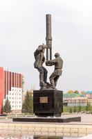 Памятник нефтяникам перед ДК «Нефтьче»