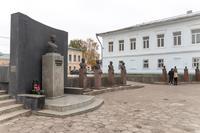 Бюсты героев на площади Памяти