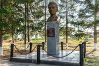 Бюст Героя Социалистического труда Шакирова К.Ф. Село Большой Сардек. 2014
