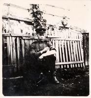Фото. Сафин И.К. перевязывает раненую руку. 1940-е