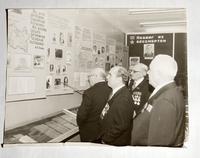 Фото. Ветераны в музее, созданном Сандлером И.Л. 1977