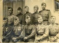 Фото.Киямов К.К.(2 ряд,2 слева) в группе радиотелеграфистов батальона связи. 1945