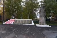 Скульптура скорбящей матери. Памятник обносельчанам, погибшим в годы Великой Отечественной войны