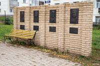 Мемориальная стена Героям Советского Союза в сквере Победы. Агрыз. 2014