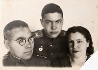 Фото. Б.Юсупов с женой и сыном от 13.01.1945г.