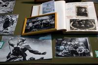 Витрина с военными фотографиями