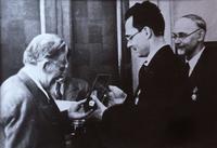 Фото.М.И.Калинин вручает орден Трудового Красного Знамени Б.А.Арбузову. 1945