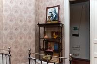 Этажерка с книгами в спальне Арбузовых.2014