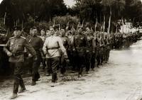 Фото. Ржевский Е.В. во главе колонны солдат. апрель,1945