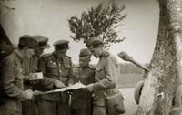 Фото. Постановка боевой задачи. Манохин Д.Г. (в центре). 1945