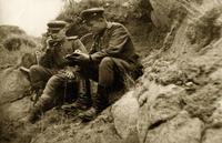 Фото.Манохин.Д.Г.(справа) и связист докладывают об обстановке по телефону.1940-е