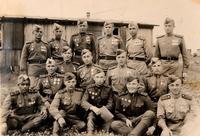 Фото. Гребеньков О.А. (в 3-ем ряду 1-ый справа) с боевыми товарищами. 1945