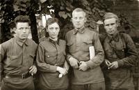 Фото. Данилов А.В. (2-ой справа) с боевыми товарищами. 1940-е