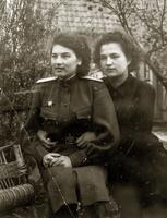 Фото. Крюкова К.П.(справа) с подругой. 1945.Кенигсберг