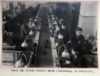 Фото. Общий вид сборки прибора тахометра  ТЭ - 22 на конвейере. 1942