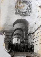 Фото. У здания Рейхстага. Берлин.30 апреля 1945. Чиж Р.В. (во втором ряду 4-й слева).