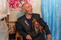 Фото. Шакирзянов Н.М. дает интервью с воспоминаниями о годах войны. 2014
