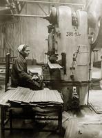 Фото. Рихтовка лепестков после шовной сварки. 1943