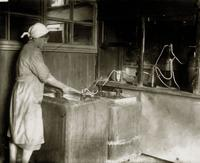 Фото. Спецлаборатория завода.Бутилизация продукта. 1940-е