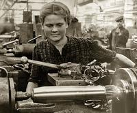 Фото. Женщины заменяли у станков, ушедших на фронт мужчин.1940-е