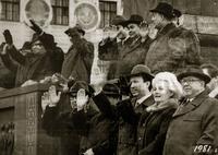 Фото. Приветствие участников демонсртации трудящихся партийными и профсоюзными руководителями ТАССР. 1981