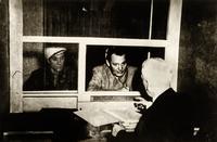 Герман Геринг беседует со своим адвокатом