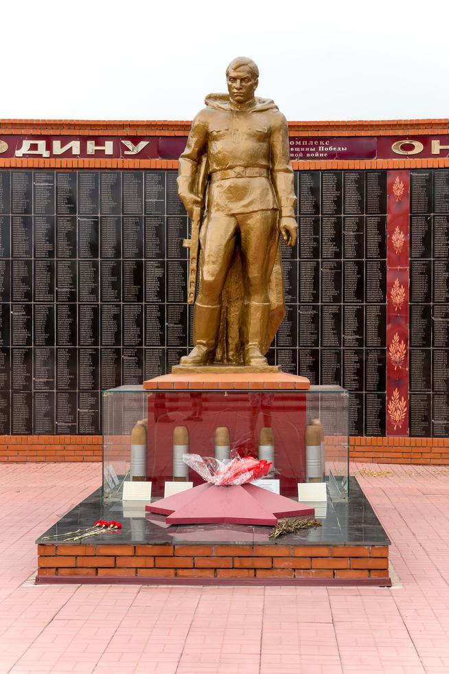 Фото №1241. Статуя защитника Отечества Мемориального комплекса. Апастово. 2014