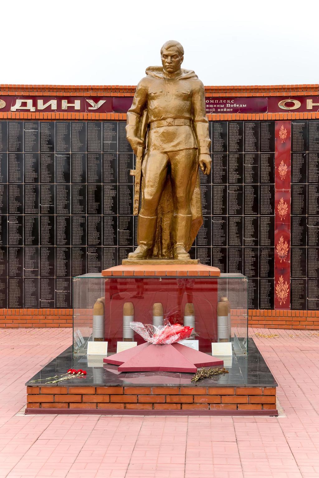 Статуя защитника Отечества Мемориального комплекса. Апастово. 2014 ©Tatfrontu.ru Photo Archive