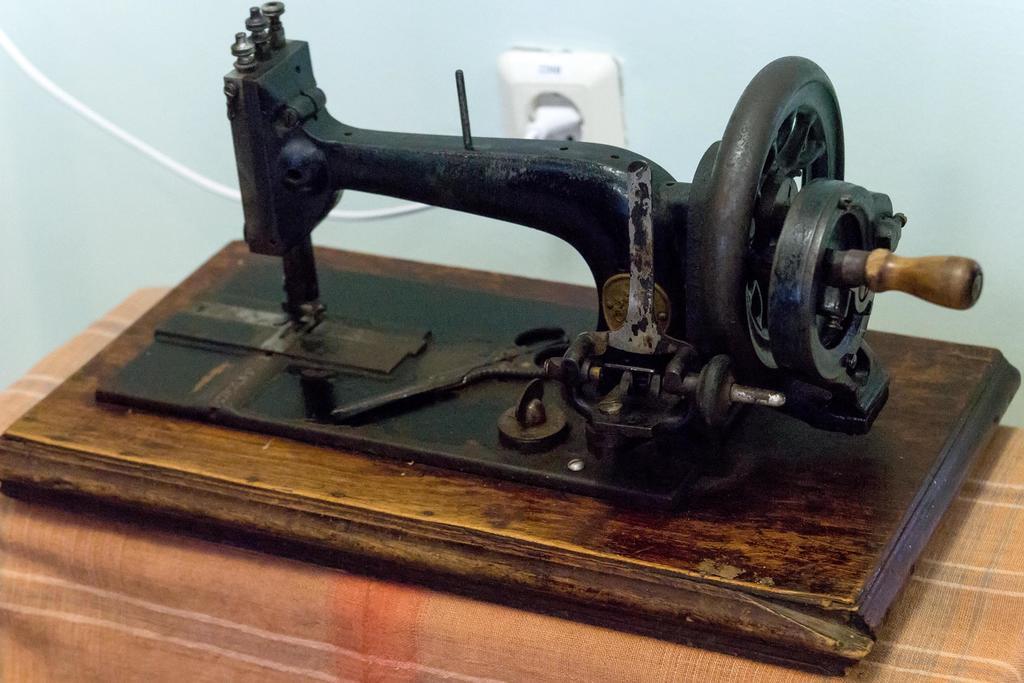 Фото №1004. Машина швейная «Zinger». 1894. Металл, дерево