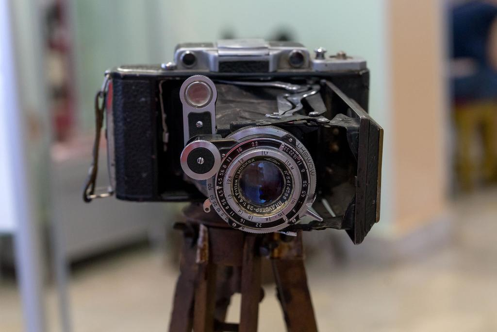 Фото №1017. Фотоаппарат «Момент» на штативе. СССР. Москва. Сер. ХХ. Металл, кожа, дерево