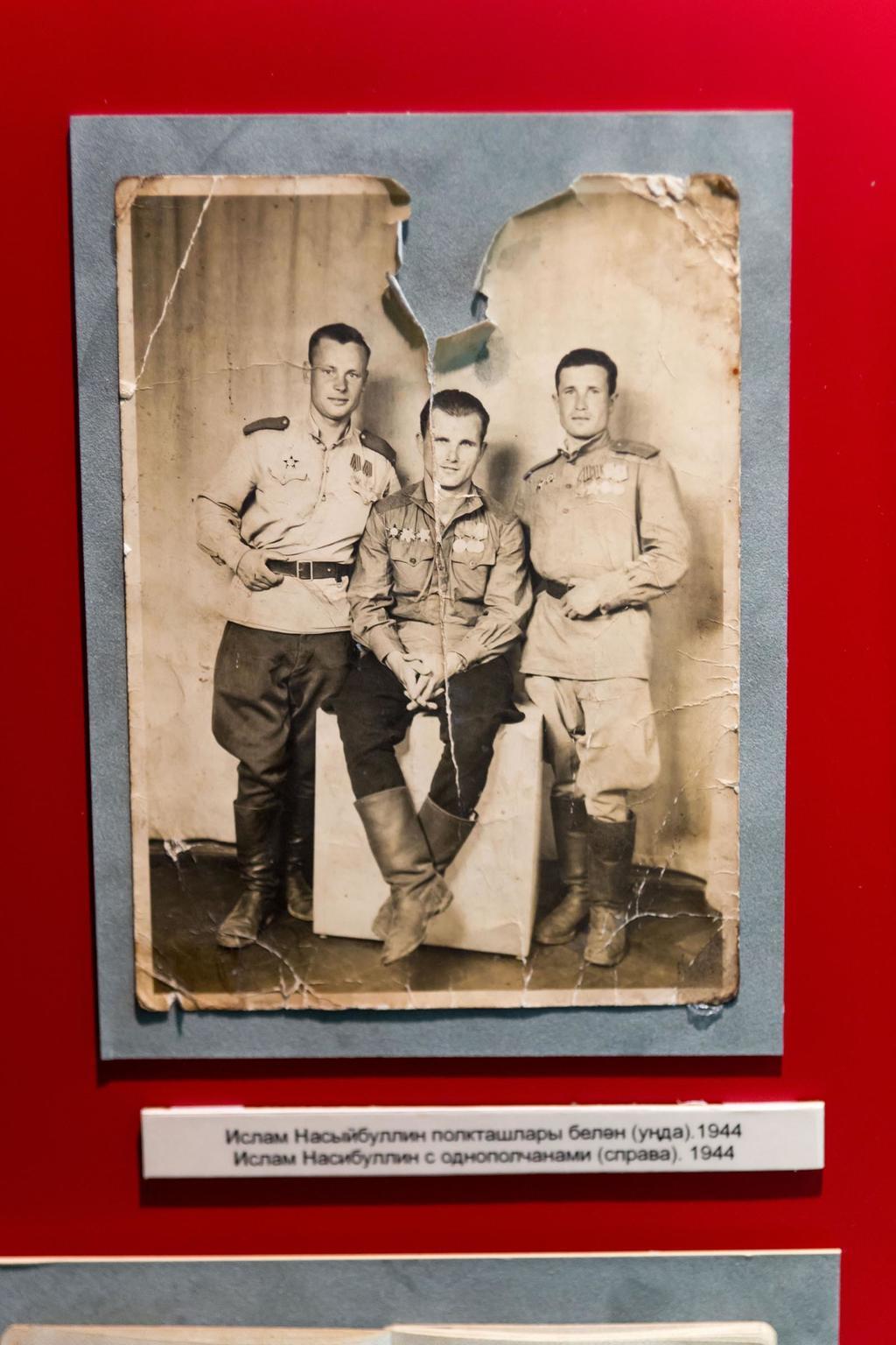 Фото. Насибуллин И.Н. (справа) с однополчанами. 1944   Фотография передана в дар музею Насибуллиной С. - женой Насибуллина И.Н. в 2005 году. ©Tatfrontu.ru Photo Archive