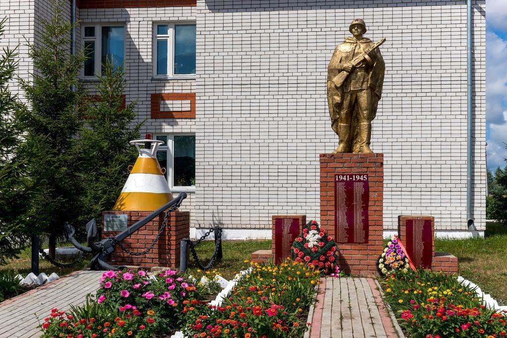 Фото №99. Памятник павшим землякам в годы Великой Отечественной войны. с. Кирби. 2014