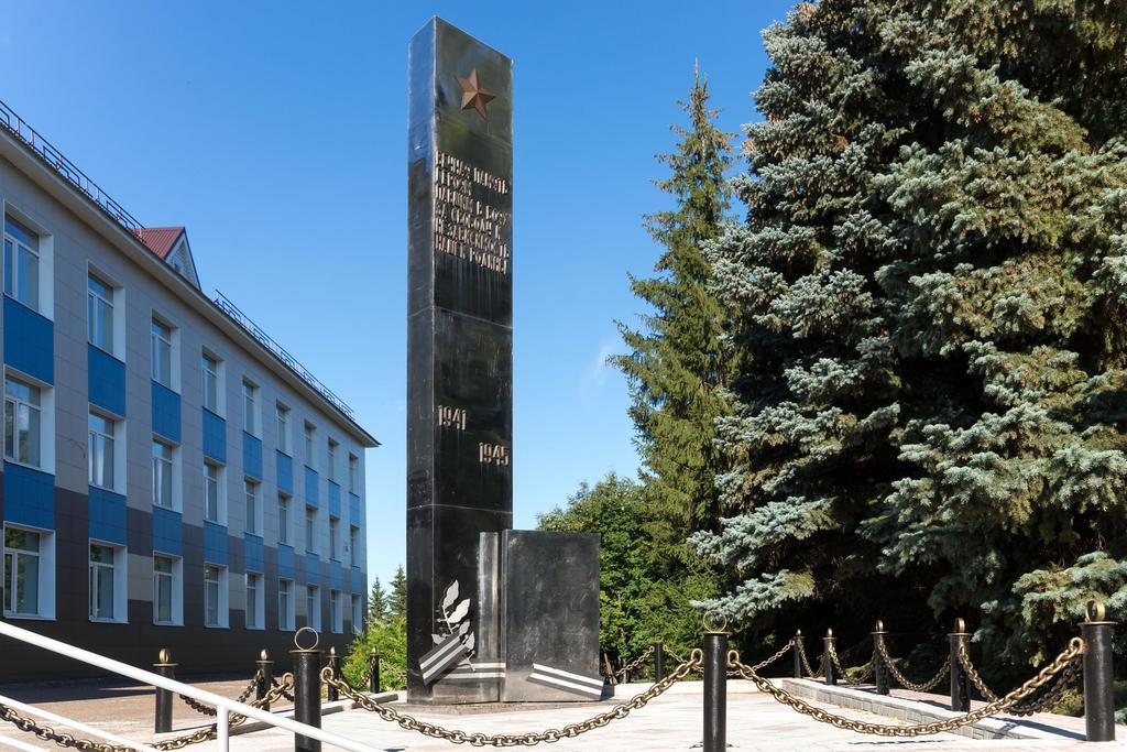 Фото №321. Стела в честь учеников и учителей, погибших на фронте. Лаишево. 2014