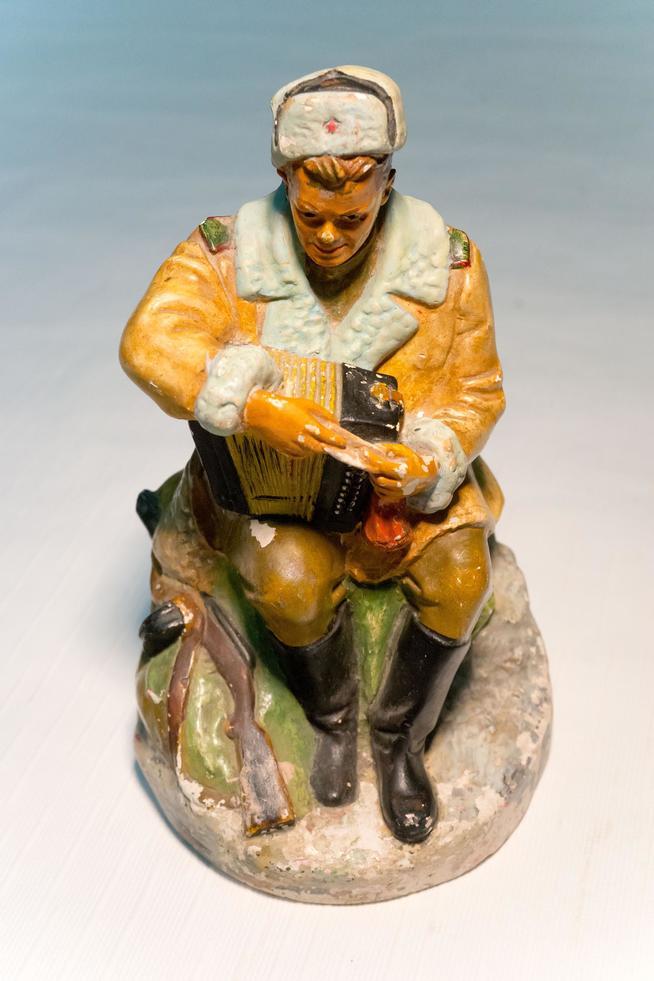 Фото №15946. Скульптура малой формы. Василий  Теркин. 1980-е.Гипс.