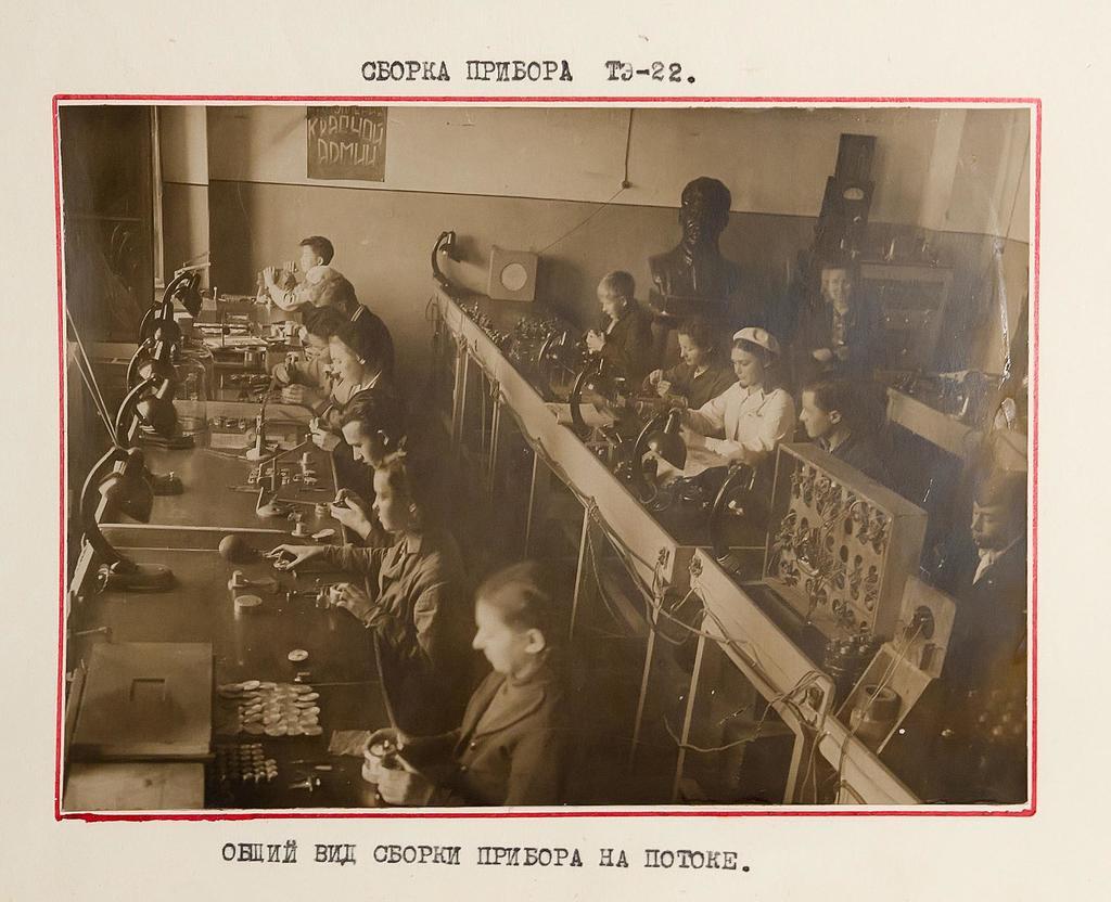 Фото. Общий вид сборки прибора тахометр ТЭ - 22 на потоке. 1942 ©Tatfrontu.ru Photo Archive