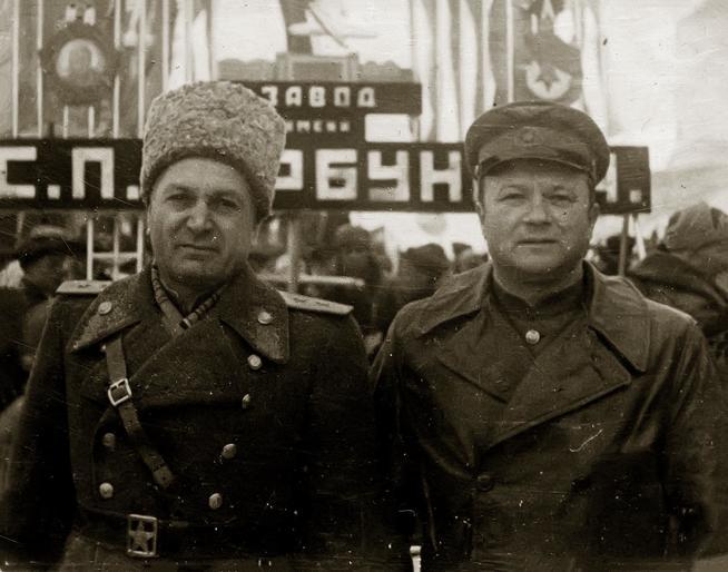 Фото. Генерал-лейтенант авиации Окулов В.А.(слева) 1940-е::Музей трудовой славы КАЗ им. С.П. Горбунова