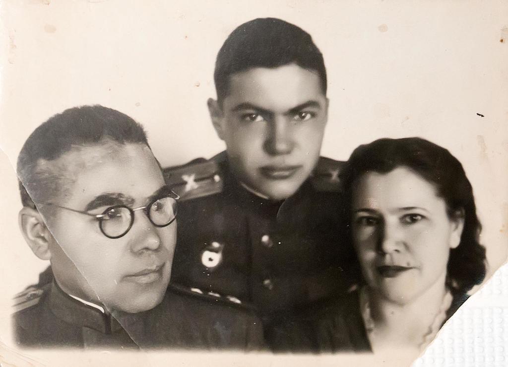 Фото. Б.Юсупов с женой и сыном от 13.01.1945г.   Фотобумага. АКМ. КП - 197/2  размер 11,2*8 Акт № 99-103 1995г. ©Tatfrontu.ru Photo Archive