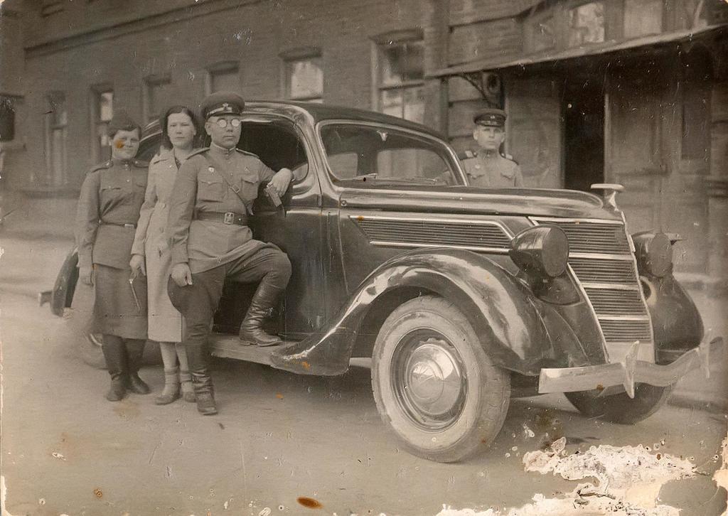 Фото. Б.Юсупов с боевыми друзьями от 22.08.1943г.   Фотобумага. АКМ. КП - 198/2  размер 11,1*7,9  Акт № 99-103 1995г. ©Tatfrontu.ru Photo Archive