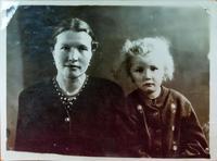 Фото. Шайдуллина З.Ш.(1924-1989) – труженик тыла с дочерью Ахмадуллиной Д.М. 1961